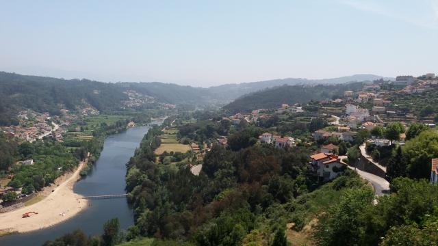O Rio Mondego serpenteia pela vila de Penacova.
