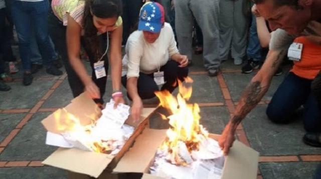 Alla chiusura delle urne, l'opposizione ha bruciato tutti i registri elettorali dei votanti.