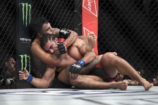 Brad Tavares pudo superar a Theodoru por decisión dividida. MMA Junkie.com.