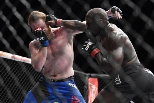 Cannonier destrozó al joven Roehrick. MMA Junkie.com.