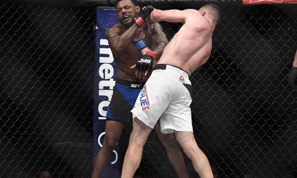 Gaethje tuvo la ayuda de un gran uppercut a Johnson. MMAJunkie.com.