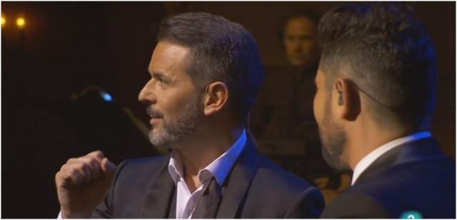 El actor y presentador Jorge Lucas recita «La marioneta» ante un Miguel claramente emocionado