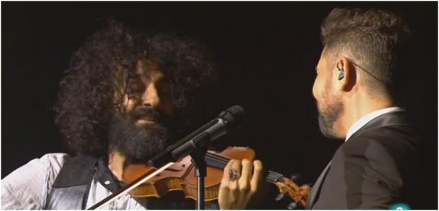 Miguel Poveda y Ara Malikian interpretando coplas