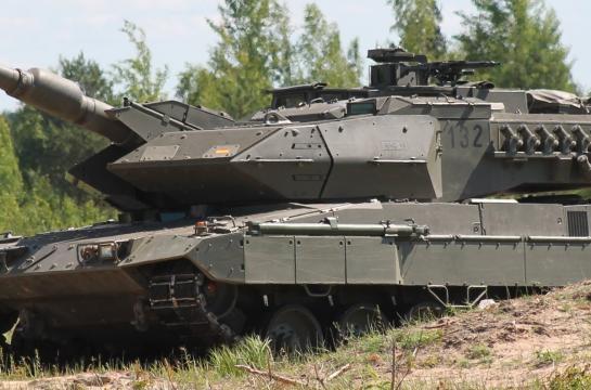 El Leopardo IIE evolucionada rugiente en los bosques letones.