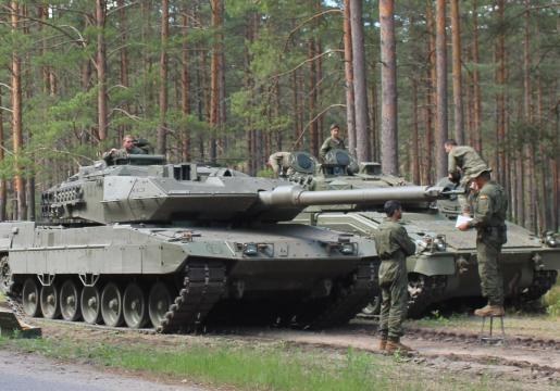 En ejercicios en Letonia. Verificación del cañón del Leopardo antes de un ejercicio de tiro.