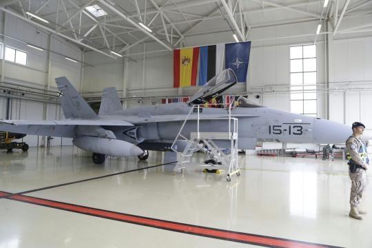 F-18 custodiado en un hangar de la base de Amary.