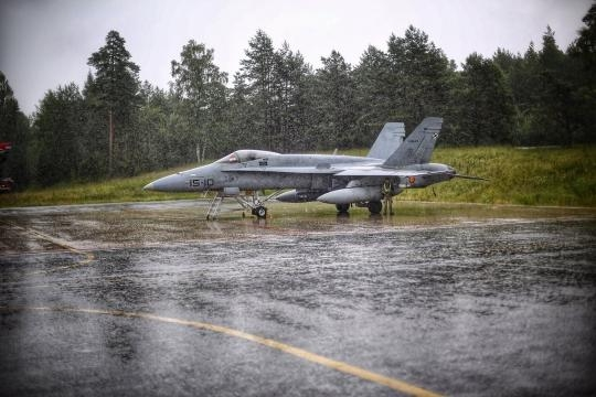 La lluvia cae sobre un F-18 en la Base de Amary.