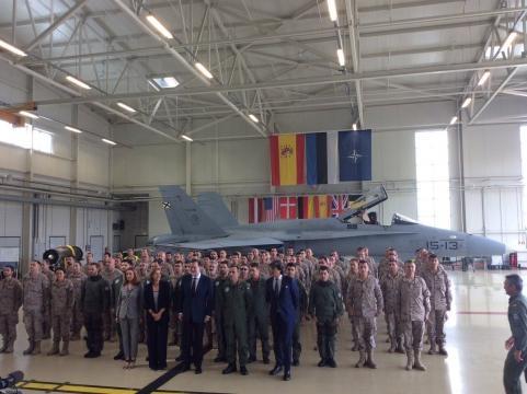Posado con el personal del destacamento Ambar en la Base de Ámari.