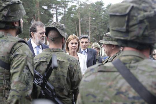Presidente y ministra departen con los soldados.