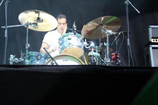 Ivan Cristiano (bateria e percussão)