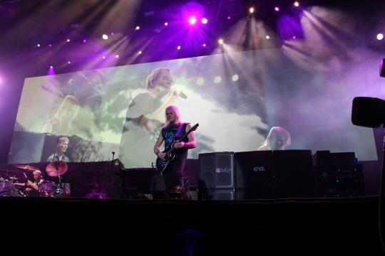 Steve Morse com Ian Gillan no ecrã gigante