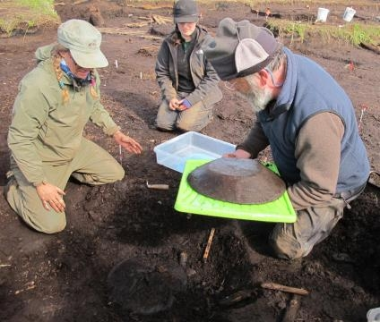 Rick Knecht, a la derecha, ha dirigido las excavaciones, que han permitido recuperar más de 50.000 objetos.