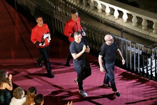 Domenico Dolce e Stefano Gabbana al termine della sfilata di Alta Moda a Piazza Pretoria