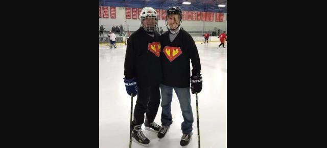 Tim McGrath praticando hockey no gelo