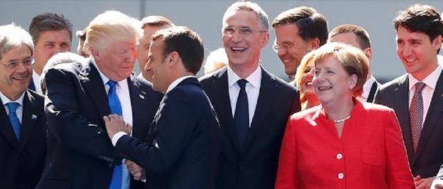 Trump scherza con Macron: sulla questione cilma, tra i due, ci sarebbero state scintille