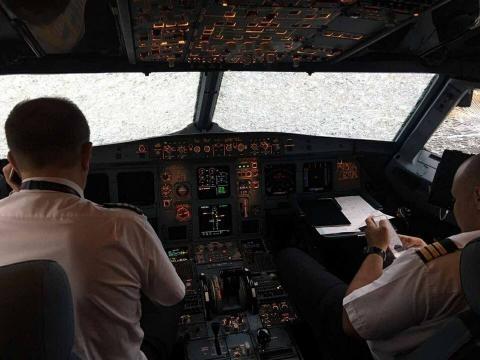 Os para-brisas do avião ficaram quebrados e impediram a visualização da aterrissagem