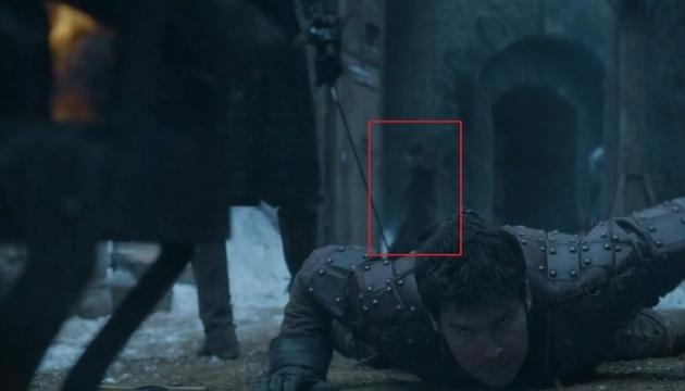 The woman behind Podrick. Screencap: Ben Quincy-Shaw via YouTube