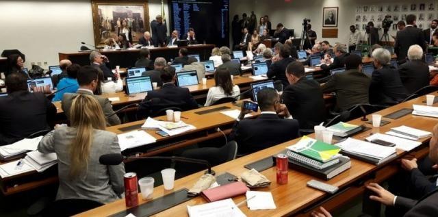 Comissão da reforma política aprova 'distritão' para eleições