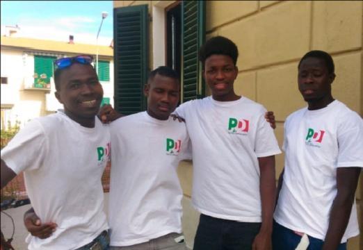 Alcuni profughi che lavorano come volontari alla Festa del PD di Certaldo