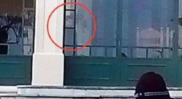 Imagen espectral acechando entre las sombras del hotel