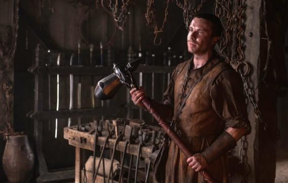 Game of Thrones : Tout comme son père Gendry a choisi un marteau comme arme de guerre.