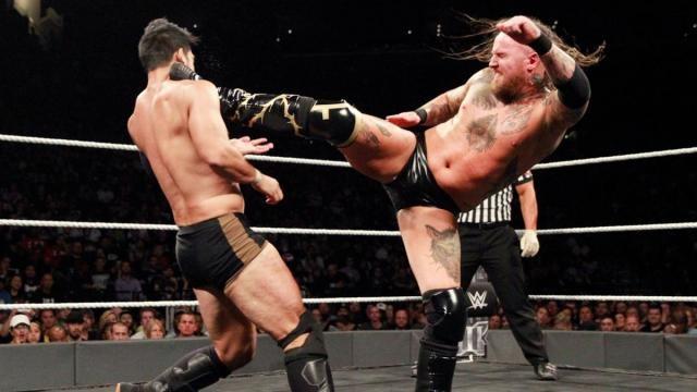 El Letal Black Mass del ex Tommy End, en las Indies, le bajo el switch a Itami. WWE.com.