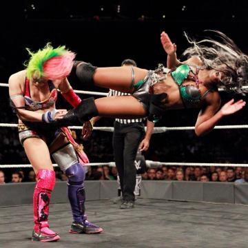 Ember Moon vendió cara la derrota con movidas como su standing Enziguiri. WWE.com.