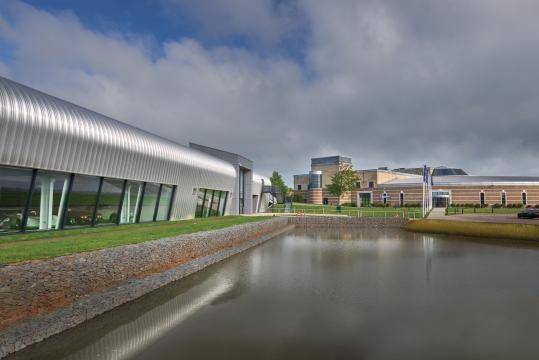 A sinistra il nuovo Collection Center, inaugurato nel 2016. A sinistra il Museo principale, costruito nel 1993.