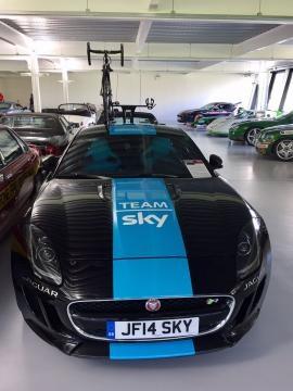 La Jaguar del team Sky a supporto di Chris Froome.