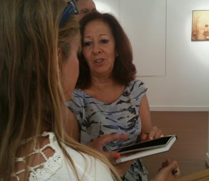 Marina a autografar o livro da sua homenagem