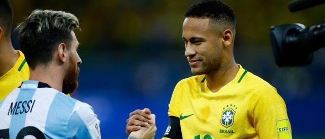 Neymar e Messi prima di una sfida Brasile-Argentina: a breve saranno rivali anche in Champions League