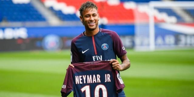 Neymar se présente au parc des Princes