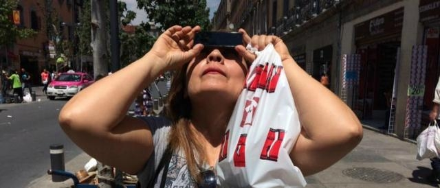 Peatones observando el eclipse. Foto: Gerardo Vieyra, especial.