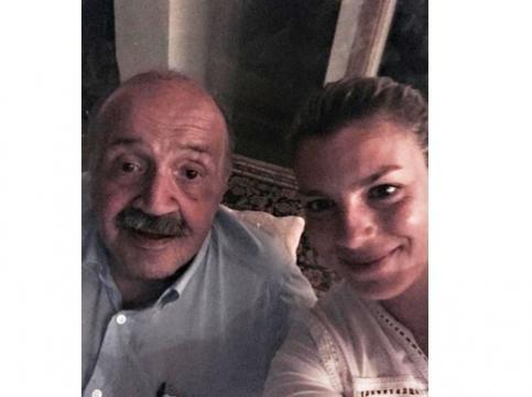 Emma Marrone si rilassa in vacanza con Maurizio Costanzo.
