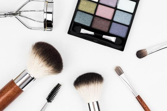 Light makeup is the best choice for summer. [Image via www.pexels.com]