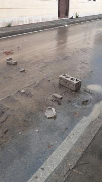 Mattoni sulla strada.. caos del maltempo