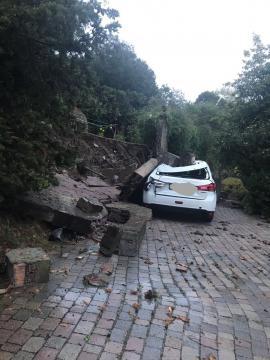 Muri divelti e danni alls auto.