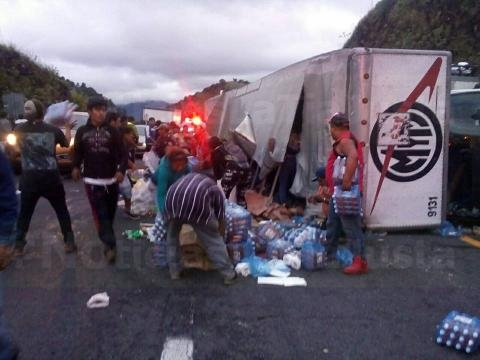 Se vuelca camión con víveres para damnificados y la gente se los ... - mientrastantoenmexico.mx