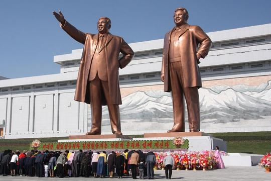 Statues of Kim Il Sung and Kim Jong Il on Mansu Hill in Pyongyang (Credit – J. A. de Roo – wikimediacommons)