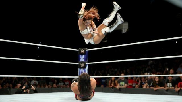 Kairi conectó su estético codazo volador desde tercera para ganar la lucha. WWE.com.