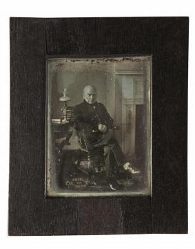 La fotografía del presidente reclinado en su silla. Data del 1843