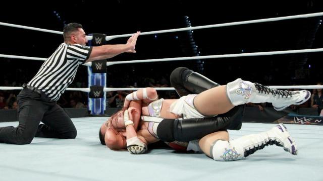 Shayna Baszler aplicó su rear naked choke, pero Kairi se zafó de la llave. WWE.com.