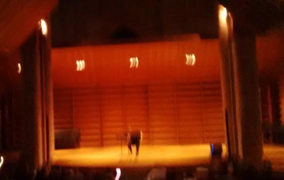Luce e musica vibrano assieme.