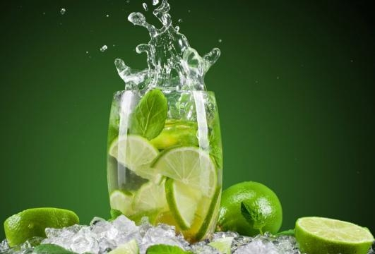 tomar agua de limón tibia en ayunas adelgaza