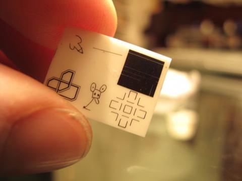 La diminuta oblea que contiene las seis creaciones artísticas