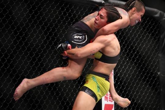 Andrade derribó cuantas veces quiso a Claudia Gadelha. USA Today.com.