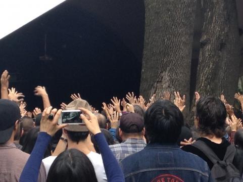 El público se entrega a la artista que nos motiva a levantar las manos.