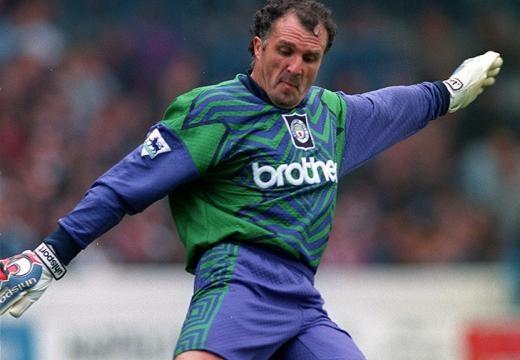 John Burridge haciendo un saque de meta defendiendo los colores del Manchester City (Read but no red)