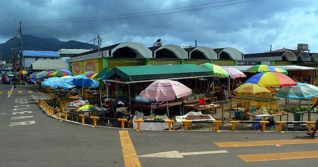 Dominica, Karibik - Market of the new Bridge in Roseau (Credit – giggel – Wikimedia Commons)