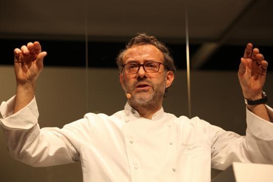 Massimo Bottura in tenuta da chef